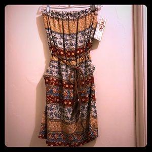 Super cute strapless dress!! Has pockets!!!
